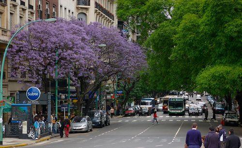 1280px-Buenos_Aires_-_Avenida_Santa_Fe_entre_Maipú_y_Esmeralda